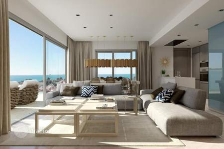 Apartments for sale in Cabo Roig. Beachfront 2 and 3 bed apartments of luxury finishes and open concept in a complex with pool and spa in Cabo Roig, Orihuela Costa
