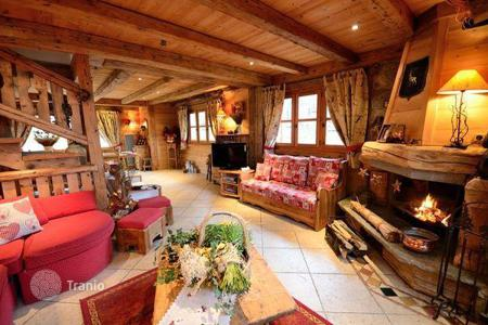 Residential to rent in Saint-Bon-Tarentaise. Traditional style chalet with a garage in Courchevel 1300 — Le Praz, France