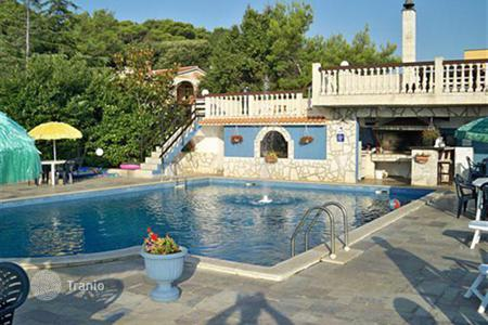 Houses with pools by the sea for sale in Croatia. Elegant villa in Istria