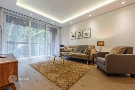 Luxury 3 bedroom apartments for sale overseas. Three bedroom apartment with a balcony in a residential complex near the metro station and the park, in Westminster, London
