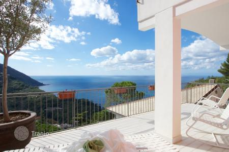 Residential for sale in Genoa. Two-level villa with a terrace and a garden, at 100 meters from the sea, Camogli, Italy