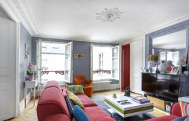 Luxury apartments for sale overseas. Apartment in a historic building, in district VII of Paris