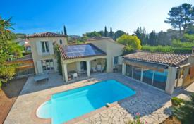 Cheap 3 bedroom houses for sale in Côte d'Azur (French Riviera). Villa with a garden, a swimming pool and a garage, in a gated residential complex, Mougins, France