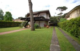 Luxury 5 bedroom houses for sale in Italy. Villa – Forte dei Marmi, Tuscany, Italy