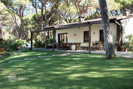 5 bedroom houses for sale in Roccamare. Semi-detached villa with garden and garage, only 150 meters from the sea in Rokkamare, Tuscany