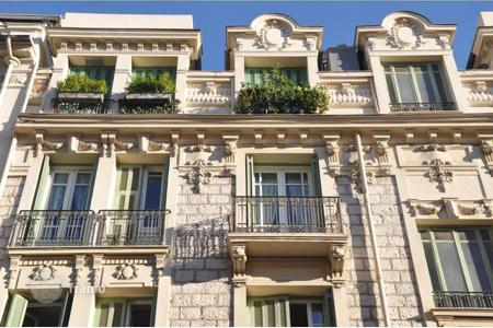 2 bedroom apartments by the sea for sale in Provence - Alpes - Cote d'Azur. Nice. Two-bedroom apartment on the 3th floor in a beautiful bourgeois building, 150 m from the sea