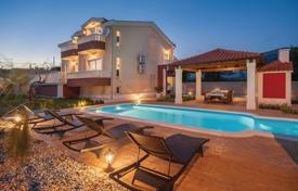 Coastal residential for sale in Split-Dalmatia County. Villa in Kastela