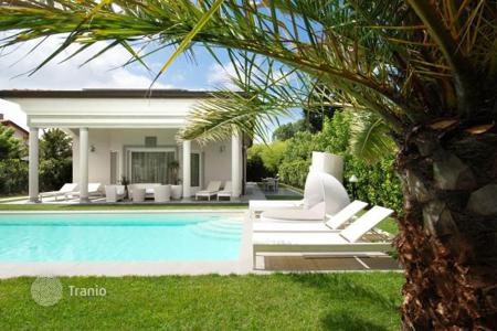 3 bedroom houses for sale in Tuscany. Elegant villa with a garden and a swimming pool in Forte dei Marmi, Tuscany