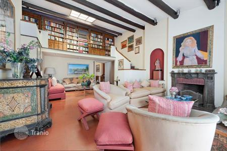 Luxury residential for sale in Italy. Wonderful attic for sale in Rome, in Piazza Rondanini