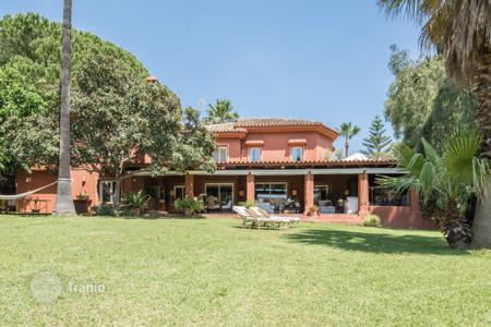 Coastal houses for sale in Malaga. Villa with impressive plot