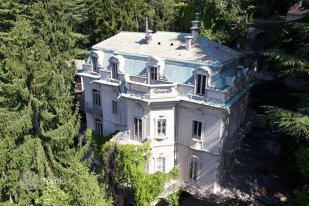 Luxury houses with pools for sale in Lombardy. Impressive Period Villa overlooking Lake Como