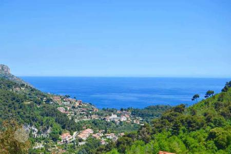 Cheap residential for sale in Côte d'Azur (French Riviera). In a small secured residence, a beautiful 3 bedroom apartment in perfect condition close to the charming village of Eze