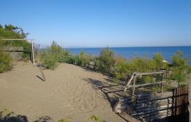 Houses for sale in Castiglione della Pescaia. Location directly on the beach with stunning sea views