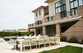 Luxury houses with pools for sale in Western Asia. Villa with private pool and garden in Istanbul