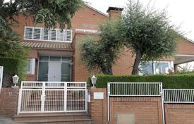 5 bedroom houses for sale in Barcelona. Spacious house with a terrace