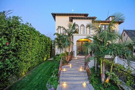 Houses with pools for sale in North America. Upscale villa with library, dressing rooms, garden and pool, Los Angeles, USA
