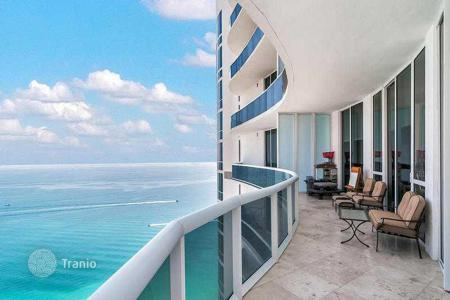 3 bedroom apartments for sale in North America. Apartments with balconies overlooking the ocean in a residence with pool, gym and a restaurant near the beach in Sunny Isles Beach