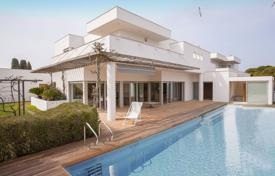 Luxury houses with pools for sale in Costa Brava. New villa with a pool, a decorative fountain and a jetty, overlooking the sea, Empuriabrava, Spain