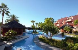 Apartments with pools for sale in Costa del Sol. Luxurious Apartment by the Sea in Mar Azul, Estepona