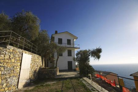 Houses with pools by the sea for sale in Zoagli. Villa – Zoagli, Liguria, Italy