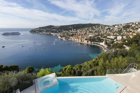 Houses with pools for sale in Côte d'Azur (French Riviera). Modern villa with separate apartment, swimming pool, Jacuzzi and panoramic sea view in Villefranche-sur-Mer, Cote d`Azur, France