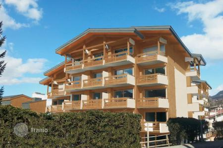 Cheap apartments with pools for sale in Auvergne-Rhône-Alpes. Apartment – Megeve, Auvergne-Rhône-Alpes, France