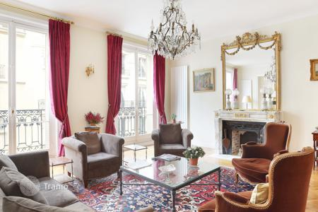 Luxury 3 bedroom apartments for sale in Paris. Paris 16th District – An over 200 m² apartment in a private street