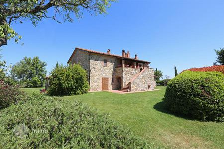 6 bedroom houses for sale in Umbria. Ancient farmhouse