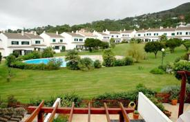 Townhouses for sale in Alcabideche. Townhouse in a closed condominium Cascais