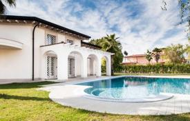 Luxury houses with pools for sale in Lucca. Prestigious villa with a swimming pool in Forte dei Marmi