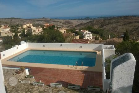 Coastal property for sale in Cumbre. Villa of 3 bedrooms with BBQ area and large pool with views over the sea in Benitachell