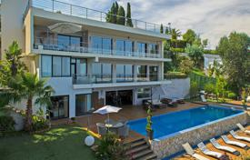 Villas and houses to rent in Provence - Alpes - Cote d'Azur. Spacious modern villa Super Cannes