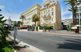 Coastal residential for sale in Côte d'Azur (French Riviera). Promenade des Anglais, elegant 3 room renovated 4th floor apartment with terrace, quiet and sunny