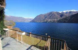 Houses for sale in Lombardy. Luxury villa on the shores of Lake Como with a private dock