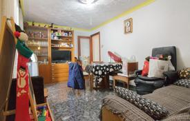 Apartments for sale in Santa Coloma de Gramenet. Three-bedroom flat with terrace