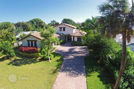 Luxury 3 bedroom houses for sale in North America. The luxurious house with private marina in Florida