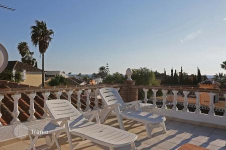 4 bedroom houses for sale in Marbella. Lovely villa in Marbesa with sea views only a few metres away from the beach