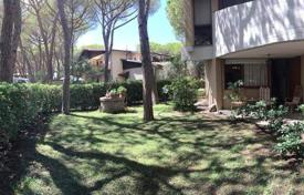 4 bedroom apartments for sale in Tuscany. Four-bedroom apartment with a garden in Castiglione della Pescaia, Tuscany, Italy