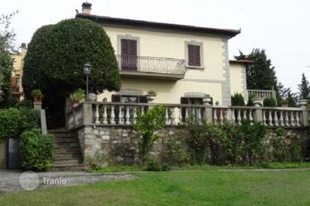 5 bedroom houses for sale in Tuscany. Two-level villa in Florence, Italy. Large plot, terrace, balcony, garden and parking