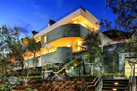 3 bedroom apartments for sale in North America. Two-level apartment in a new complex in Malibu