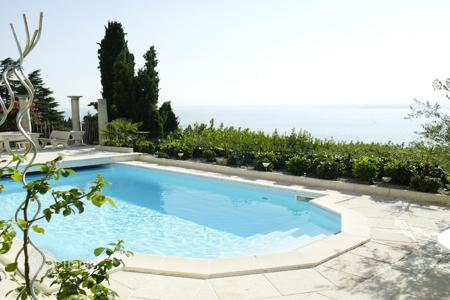 Houses with pools for sale in Veneto. Villa – Garda, Veneto, Italy