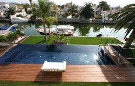 Luxury houses with pools for sale in Empuriabrava. Modern villa in Empuriabrava, 2 swimming pools, a marina and a fantastic view