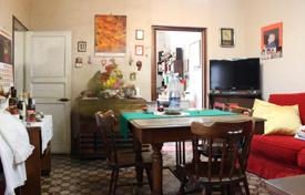 4 bedroom apartments for sale in Catania. Six-room apartment on the main street of Catania, Sicily. Possible to buy a half of the property!