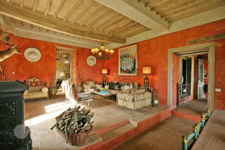 Luxury 5 bedroom houses for sale in Tuscany. Restored estate with a guest house, a park, a swimming pool and a panoramic view of the surrounding countryside, Chianti, Italy