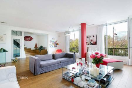 Houses for sale in Neuilly-sur-Seine. Neuilly-sur-Seine – A magnificent Private Mansion. Boulevard Général Koenig