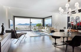 Luxury apartments with pools for sale in Cannes. Apartment with a terrace and panoramic views over the bay of Cannes in a residence with a swimming pool, Cannes, France