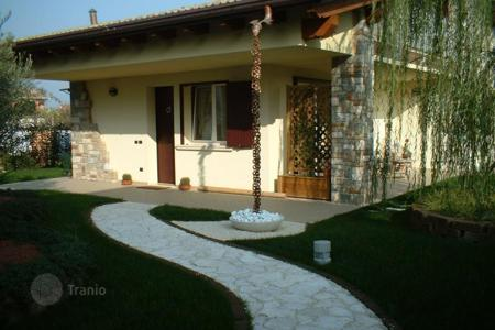 Houses with pools for sale in Lake Garda. Villa – Desenzano del Garda, Lombardy, Italy