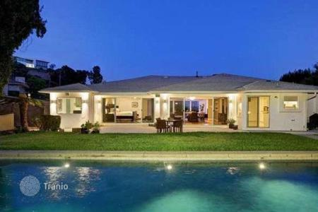 Houses with pools for sale in North America. Exclusive residence with swimming pool and panoramic city view in prestigious area of Los Angeles