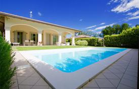 2 bedroom houses for sale in Lake Garda. Villa with garden and swimming pool, in Manerba del Garda, Italy