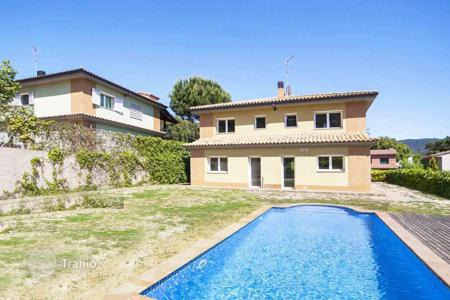 Houses with pools for sale in Vallromanes. Beautiful villa with swimming pool in Vallromanes, Spain